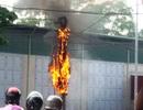 Cột điện bốc cháy ngùn ngụt, cả khu phố náo loạn