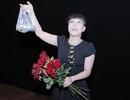 Việt Hương tặng hoa hồng và... trứng cho chị em phụ nữ