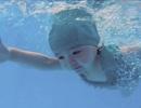 2 tuổi, Cadie Mộc Trà bơi lặn như vận động viên chuyên nghiệp