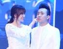Trấn Thành và Hari Won mặc trang phục cưới lên sân khấu
