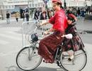 """Mâu Thủy đội mấn đi xe đạp """"náo loạn"""" phố Hà Nội"""