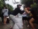 Cô gái ép bạn liếm chân đánh người trong một clip khác