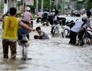 TP HCM: Triều cường dâng cao, nhiều người ngã sõng soài trong dòng nước