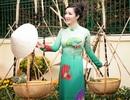 Hoa hậu Giáng My đẹp như thiếu nữ gánh hoa ra chợ Tết