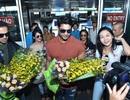"""Dàn sao """"Cô dâu 8 tuổi"""" bị fan bao vây tại sân bay Nội Bài"""