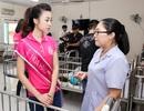 Hoa hậu Mỹ Linh rơi nước mắt khi đón trung thu sớm cùng trẻ mồ côi