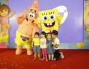Fan nhí thích thú trước hai nhân vật hoạt hình SpongeBob và Patrick