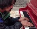 """Kinh ngạc trước khả năng chơi đàn cực """"đỉnh"""" của người đàn ông vô gia cư"""