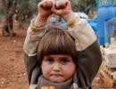 """Hình ảnh em bé đầu hàng chiến tranh gây """"bão"""""""