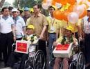 Thủ tướng Nguyễn Tấn Dũng đi bộ cùng người khuyết tật