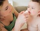 Bé 2 tuổi nhập viện vì rửa mũi nhầm nước cồn