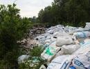 Hàng trăm tấn bùn thải công nghiệp đổ trộm phía sau UBND xã