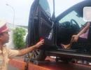 """Cục Cảnh sát giao thông vào cuộc vụ nữ tài xế """"cố thủ"""" trên ô tô"""