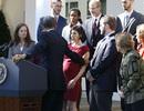 Tổng thống Obama đỡ kịp thời người phụ nữ bị choáng