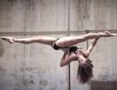 Cô gái dùng động tác karate để múa cột hút triệu lượt xem
