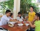 Cô quản sinh lo bữa trưa cho học trò dân tộc thiểu số đi thi