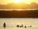 Người Hà Nội tắm bãi sông Hồng trong đỉnh điểm nắng nóng