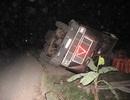 Container phơi bụng bên đường, ngô văng tung toé khắp nghĩa trang