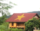 Độc đáo lá cờ Tổ quốc được vẽ trên mái nhà sàn ở xứ Nghệ