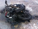 """""""Cẩu tặc"""" dùng hung khí chống trả, bị người dân vây đánh và đốt cháy xe máy"""