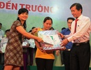 Bình Định: Trao học bổng tiếp sức cho con nhà nông đến trường