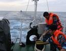Cứu 10 ngư dân gặp nạn trên biển