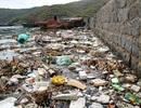 """Bình Định: Hãi hùng rác thải """"bủa vây"""" làng chài trên bán đảo"""