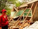Dân thẫn thờ nhìn nhà đổ sập trong lũ dữ
