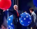 Cựu Tổng thống Clinton thích thú chơi bóng bay tại đại hội đảng