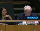 """Ngoại trưởng Anh """"dán mắt"""" vào điện thoại tại phiên họp của Liên Hợp Quốc"""