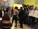Hai phụ nữ ngực trần biểu tình tại nơi ông Trump bỏ phiếu