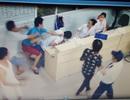 Bệnh nhân nhảy khỏi cáng, tấn công bác sỹ trực cấp cứu