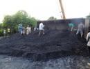 Xe tải lật ngửa, hàng chục tấn than đổ ra đường, giao thông tắc nghẽn