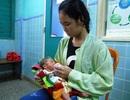 Mẹ mất, nữ sinh lớp 9 lóng ngóng chăm em hơn nửa tháng tuổi tại bệnh viện