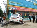Taxi cuốn 2 xe máy, tông cửa hàng điện thoại