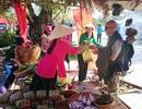 Nhộn nhịp khách Tây đến với Hội chợ Tết quê