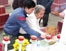 Mẹ già thắp hương tưởng nhớ con trai hy sinh ở Gạc Ma bên lá cờ Tổ quốc