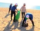 Quảng Bình: Làm sạch vệ sinh bãi biển, chia sẻ khó khăn cùng ngư dân