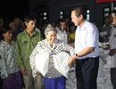 """Bộ trưởng Trương Minh Tuấn """"thưởng nóng"""" người hùng cứu người trong lũ"""