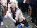 """Nữ cosplay gây choáng khi """"tốc váy"""" trong lễ hội giao lưu văn hóa"""