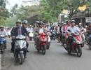 Nghị sĩ Thụy Điển đi xe máy, tuyên truyền giao thông ở Hà Nội