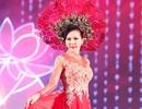 Hoa hậu Thu Hoài duyên dáng trình diễn áo dài