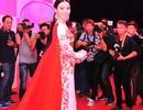 Á hậu Trà Giang diện váy dài 18m gợi cảm hút mắt