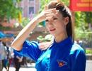 Người mẫu Hồng Quế đội nắng đi phát nước cho sĩ tử