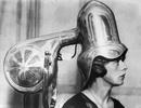 Hài hước hình ảnh những phụ nữ đầu tiên đi… sấy tóc