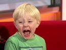 Hài hước buổi phỏng vấn bị gián đoạn vì một cậu bé nghịch ngợm