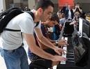 Màn song tấu piano của hai người đàn ông xa lạ gây sửng sốt