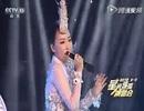 Nữ ca sĩ bị lộ hát nhép vì… cầm ngược mic