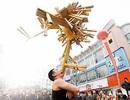 Nghệ sĩ nhào lộn và tuyệt chiêu nâng 24 chiếc ghế bằng… răng