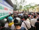 Hàng ngàn cổ động viên xứ Nghệ chen chân mua vé vào sân Vinh